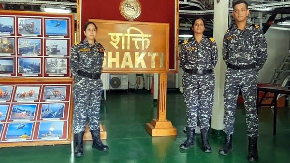 Các sỹ quan nữ được biên chế lên tàu chở dầu INS Shakti của Hải quân Ấn Độ (ANI).