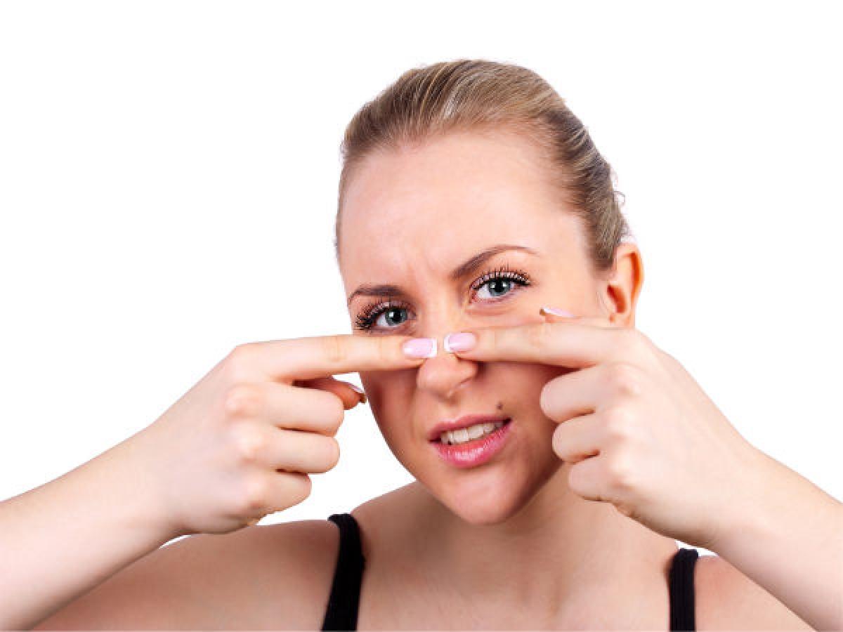 Nước nóng: Đương nhiên, nước nóng là thành phần không thể thiếu khi xông mặt. Hơi nước nóng sẽ giúp bạn làm mềm da, từ đó dễ dàng loại bỏ mụn đầu đen và mụn đầu trắng.