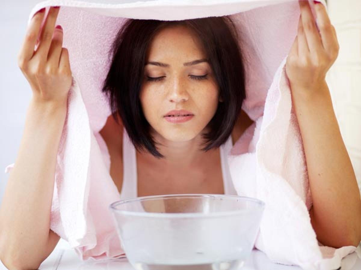 Khăn trùm đầu: Khi nước xông hơi đã sẵn sàng, bạn hãy cúi đầu gần bát nước xông rồi dùng khăn trùm kín đầu. Bạn có thể bỏ khăn trùm đầu khi bạn bắt đầu vã mồ hôi.