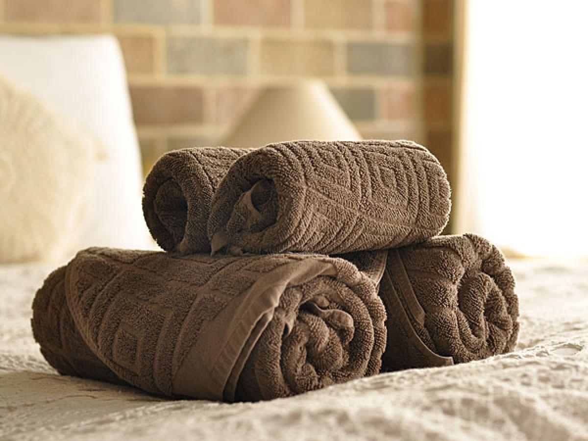 Sau khi xông hơi: Sau khi xông hơi, bạn hãy dùng khăn mềm hoặc bông tẩy trang để lau khô mặt. Hoặc nếu da bạn không quá nhạy cảm, bạn có thể dùng khăn có bề mặt ráp đề loại bỏ mụn đầu đen và mụn cám.
