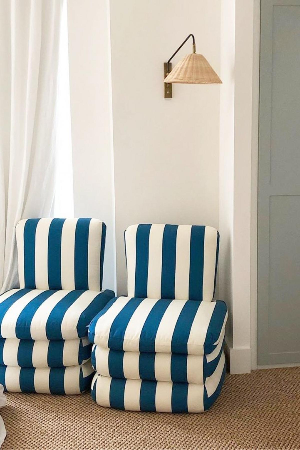 Hơi thở của biển: Mùa hè là mùa của những chuyến nghỉ mát. Hãy đưa một chút không khí biển vào căn nhà của bạn như ghế sofa màu xanh nước biển, thảm đay, đèn treo tường lấy cảm hứng từ đại dương sâu thẳm./.