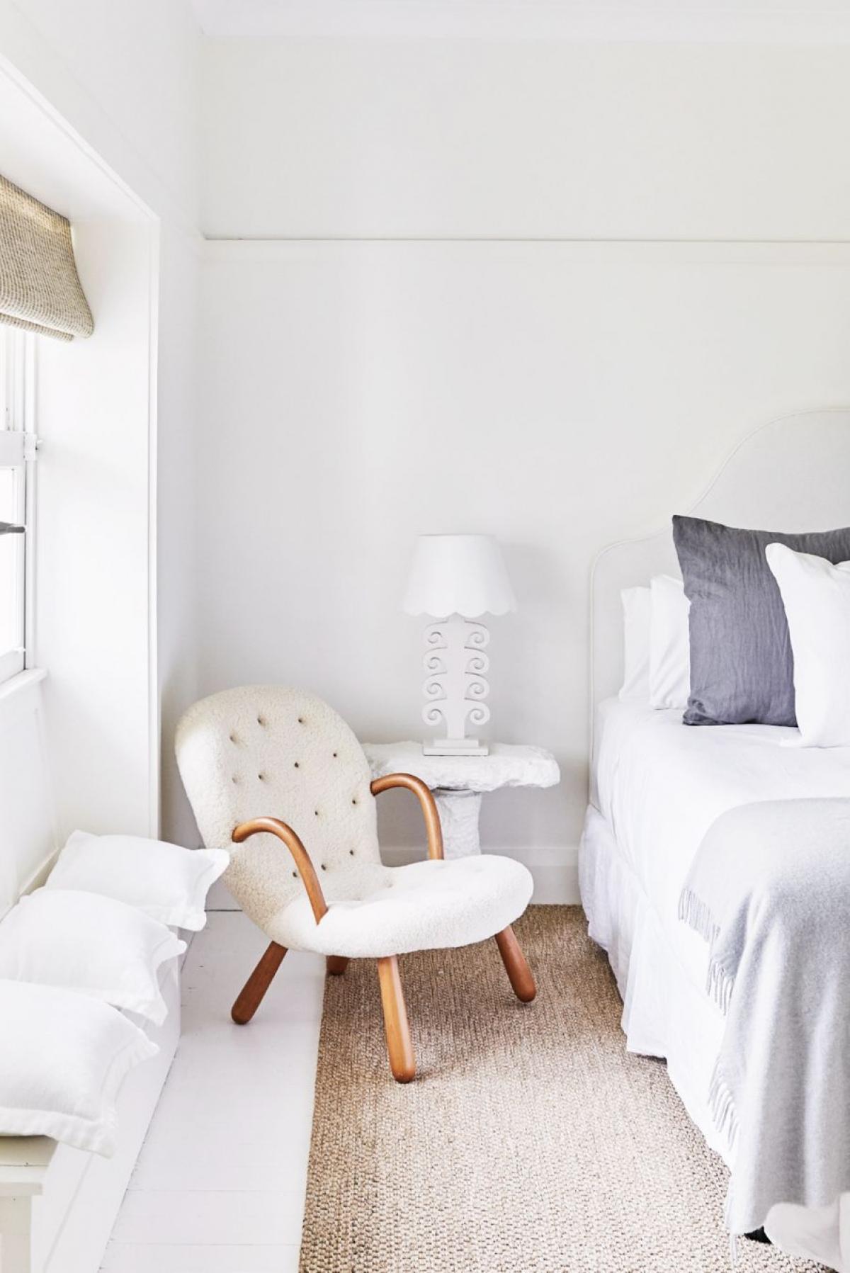Sơn nhà màu sáng: Các tông màu sáng, trắng, be, nhạt rất được ưa chuộng trong mùa hè và khiến bạn có cảm giác nhẹ nhõm. Bạn có thể sử dụng màu trắng cho rèm cửa, màu sơn tường, nhấn nhá màu xám đậm hoặc nâu với ghế sofa hoặc ga trải giường. Kết hợp với cửa sổ tràn đầy ánh sáng khiến cho căn phòng bạn đầy sức sống.