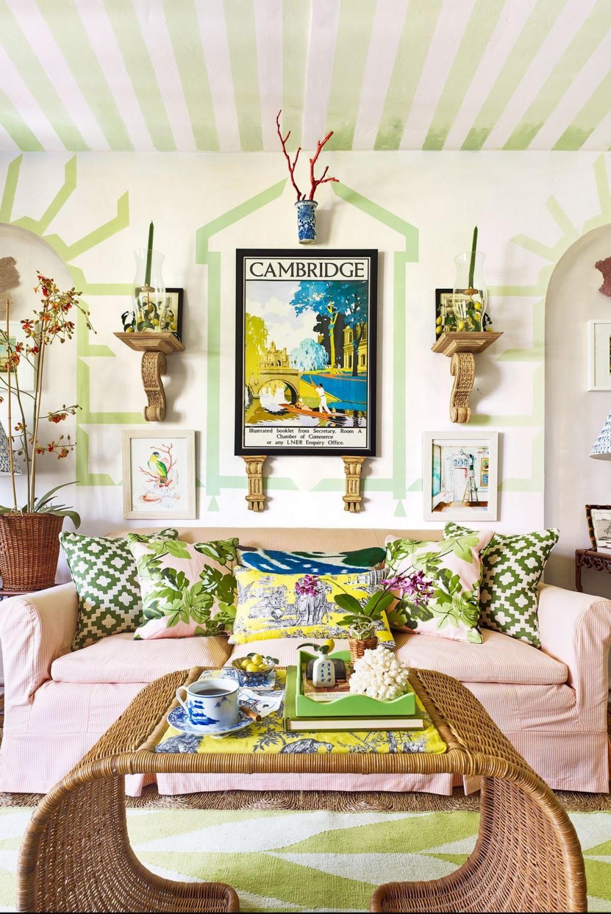 """Sắc màu nhiệt đới:Vào màu hè, bạn có thể """"phóng tay""""sử dụng những màu sắc nhiệt đới cho căn hộ của mình: màu san hô, màu xanh lá chanh, màu đỏ, màu vàng, màu da cam... Nếu ngần ngại chúng quá rực rỡ, bạn có thể tạo một điểm nhấn trong căn phòng."""