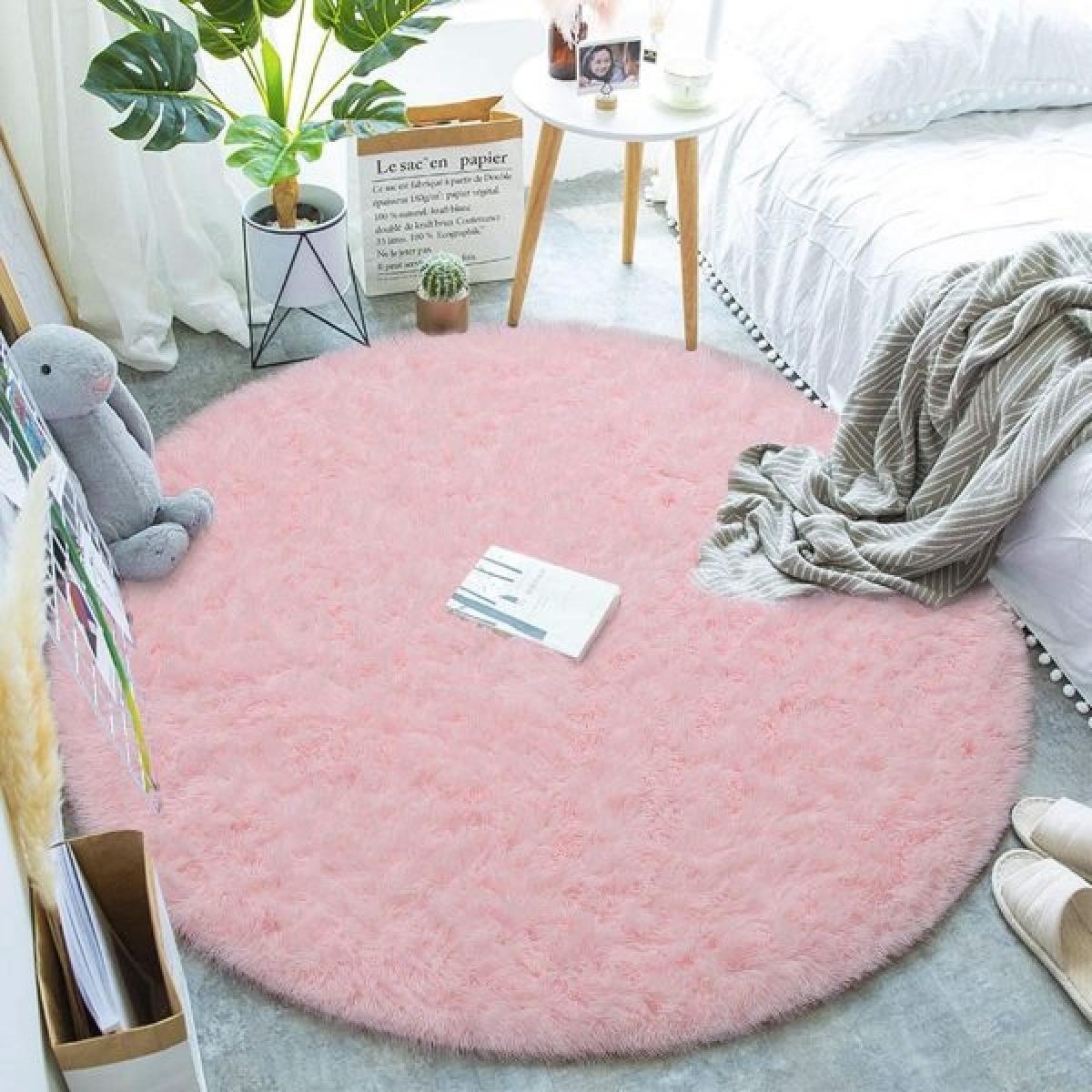 Thảm lông xù hình tròn màu hồng: Thảm siêu mềm được làm từ chất liệu nhung mịn cao cấp và lớp xen kẽ là bọt biển là món trang trí hoàn hảo cho căn phòng của các cô gái. Thảm êm ái, mềm mịn mà vẫn giúp tăng cường độ ma sát, chống trơn trượt. Tấm thảm này có thể được sử dụng trong phòng ngủ của trẻ em, phòng trẻ em, phòng khách hoặc bất cứ nơi nào bạn muốn.