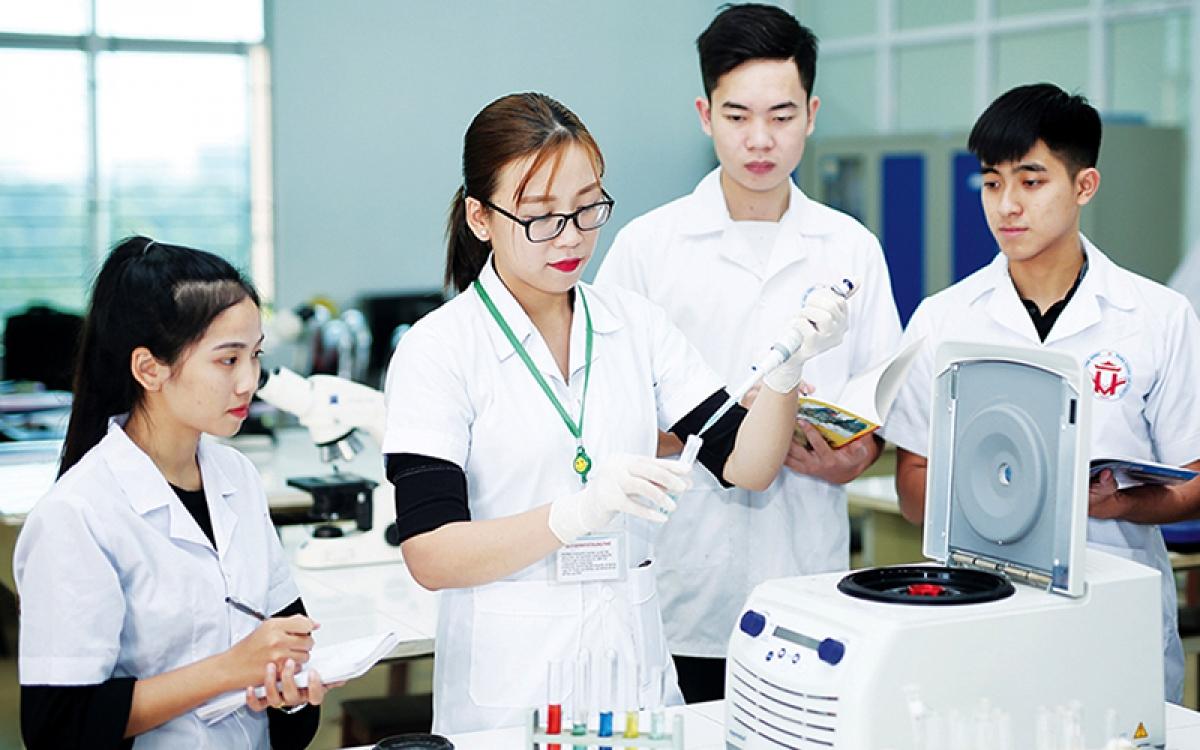 Sinh viên Khoa Khoa học tự nhiên (Trường đại học Hùng Vương) nghiên cứu, thực hành hóa sinh học (Ảnh: KT)