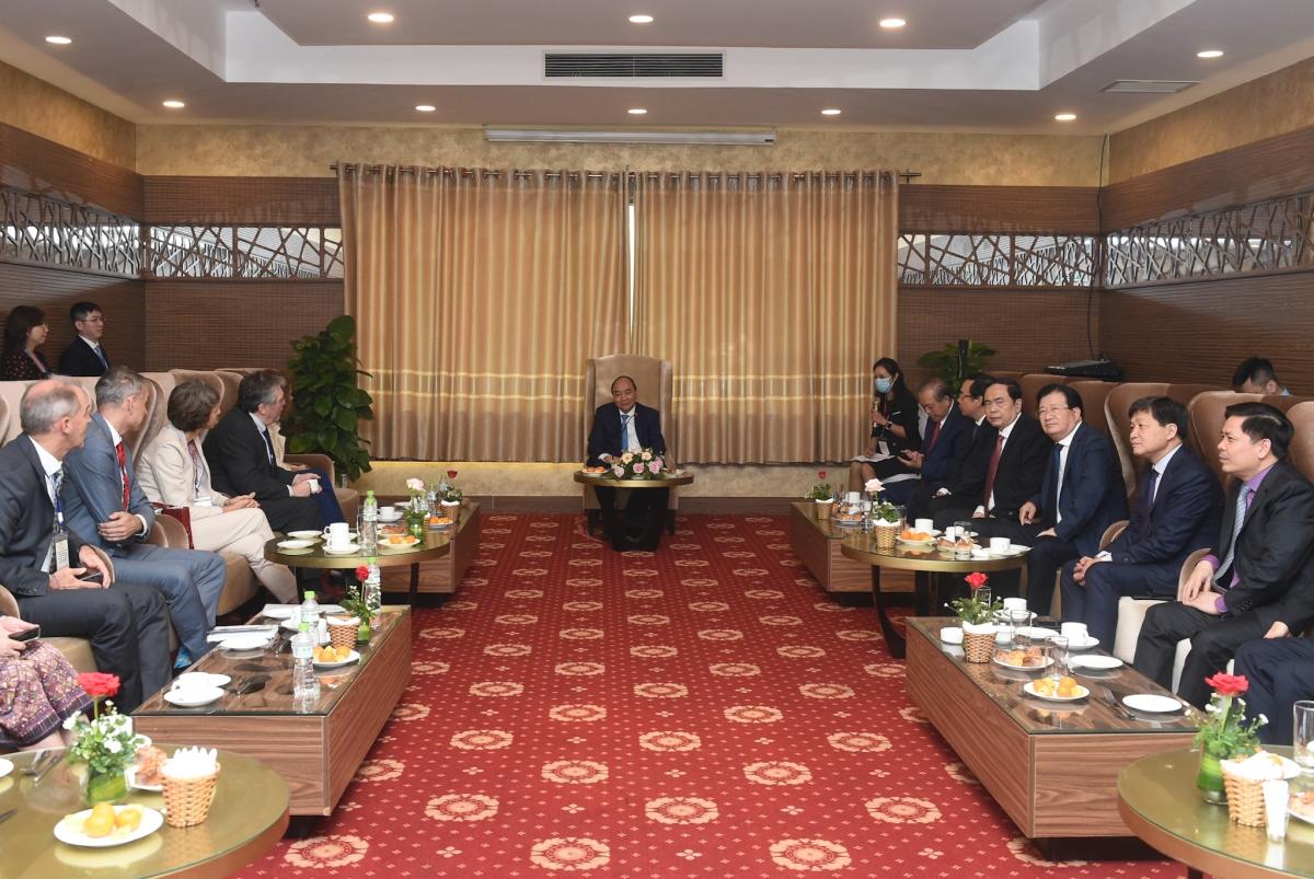 Thủ tướng Nguyễn Xuân Phúc tiếp các đại biểu quốc tế dự Hội nghị (các đối tác, tổ chức, nhà tài trợ quốc tế) bên lề Hội nghị về phát triển bền vững ĐBSCL thích ứng biến đổi khí hậu. Ảnh: VGP