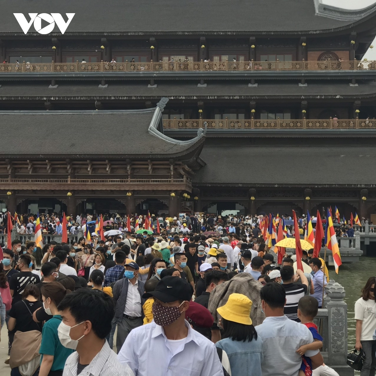 Trong những ngày đầu tháng thứ 2 Xuân Tân Sửu đã có một số lượng lớn hàng vạn người tập trung đến du xuân, lễ Phật tại chùa Tam Chúc (Hà Nam).