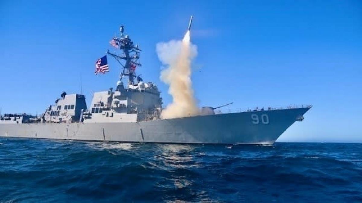 Tàu khu trục tên lửa dẫn đường USS Chafee triển khai tên Block V Tomahawk ở Thái Bình Dương. Ảnh: Hải quân Mỹ.