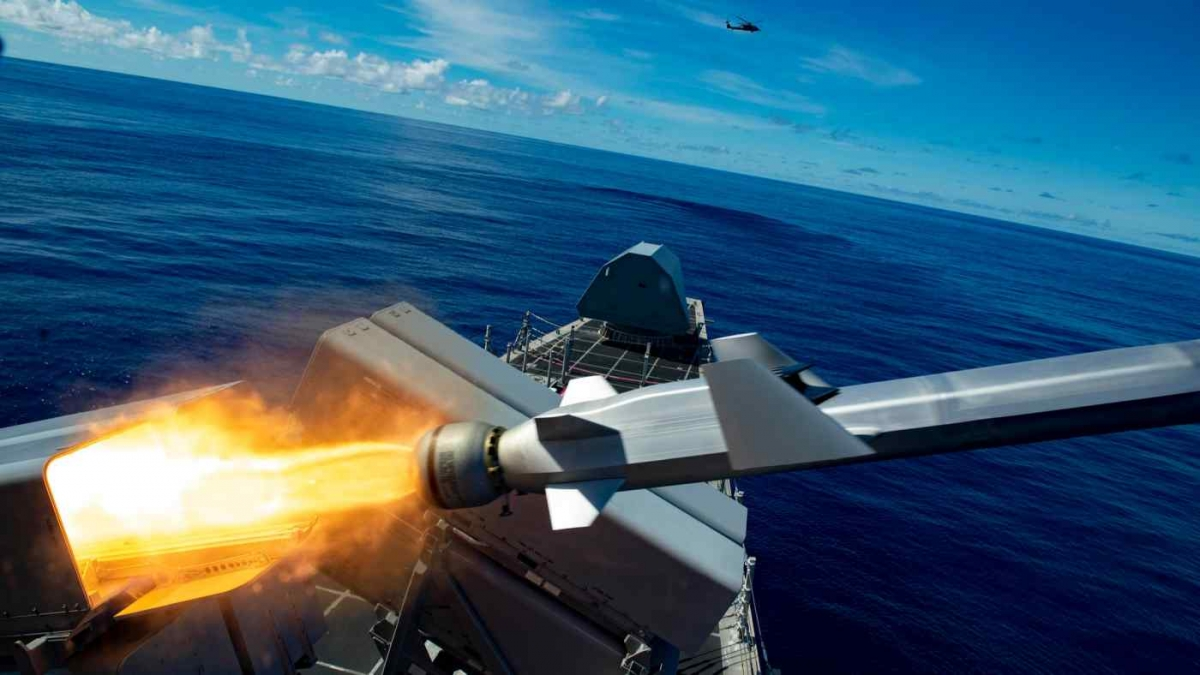 Tàu chiến Mỹ USS Gabrielle Giffords tiến hành tấn công tên lửa trong cuộc tập trận Pacific Griffin ở Biển Philippine. NSM là vũ khí tấn công chính xác tầm xa được thiết kế nhằm tìm kiếm và tiêu diệt tàu chiến của kẻ thù. Ảnh: Hải quân Mỹ.