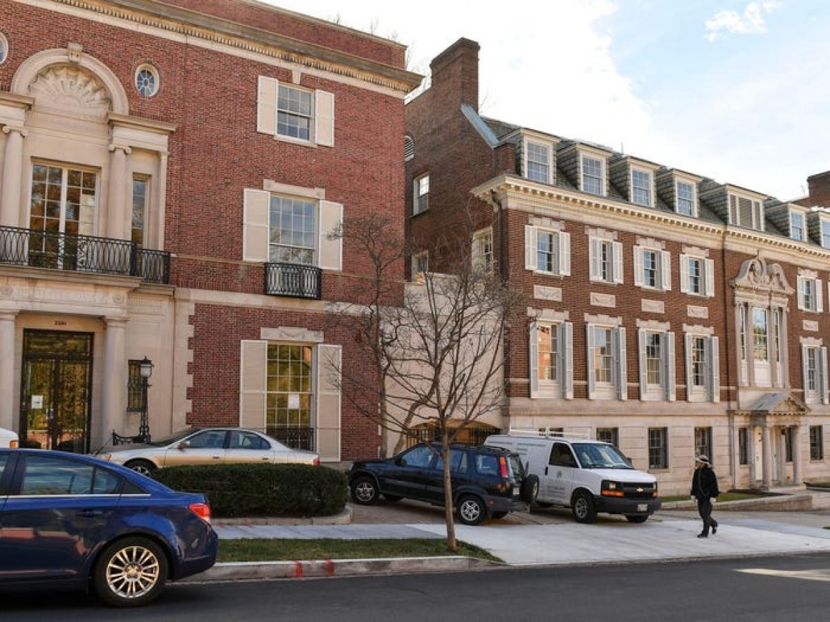 Vào năm 2016, Jeff Bezos mua lại một bảo tàng dệt may tại Washington DC với giá 23 triệu USD.
