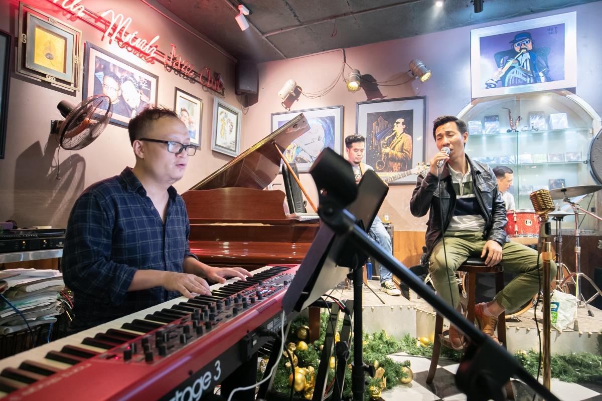 Nhạc sĩ Tuấn Nam (trái) -người đảm nhiệm vị tríGiám đốc âm nhạc của album và liveshow.