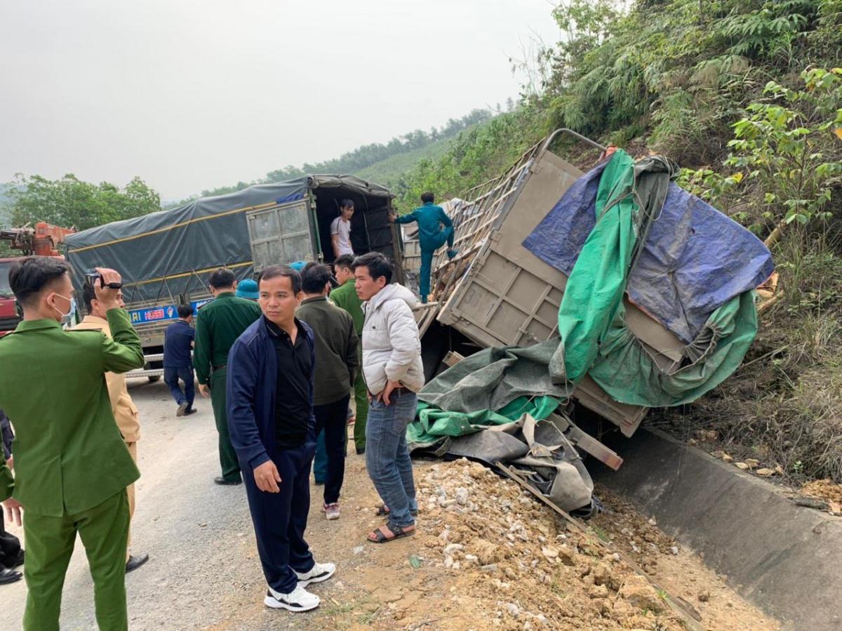 Lực lượng chức năng cùng người dân đang di dời gỗ keo để giải phóng đường.