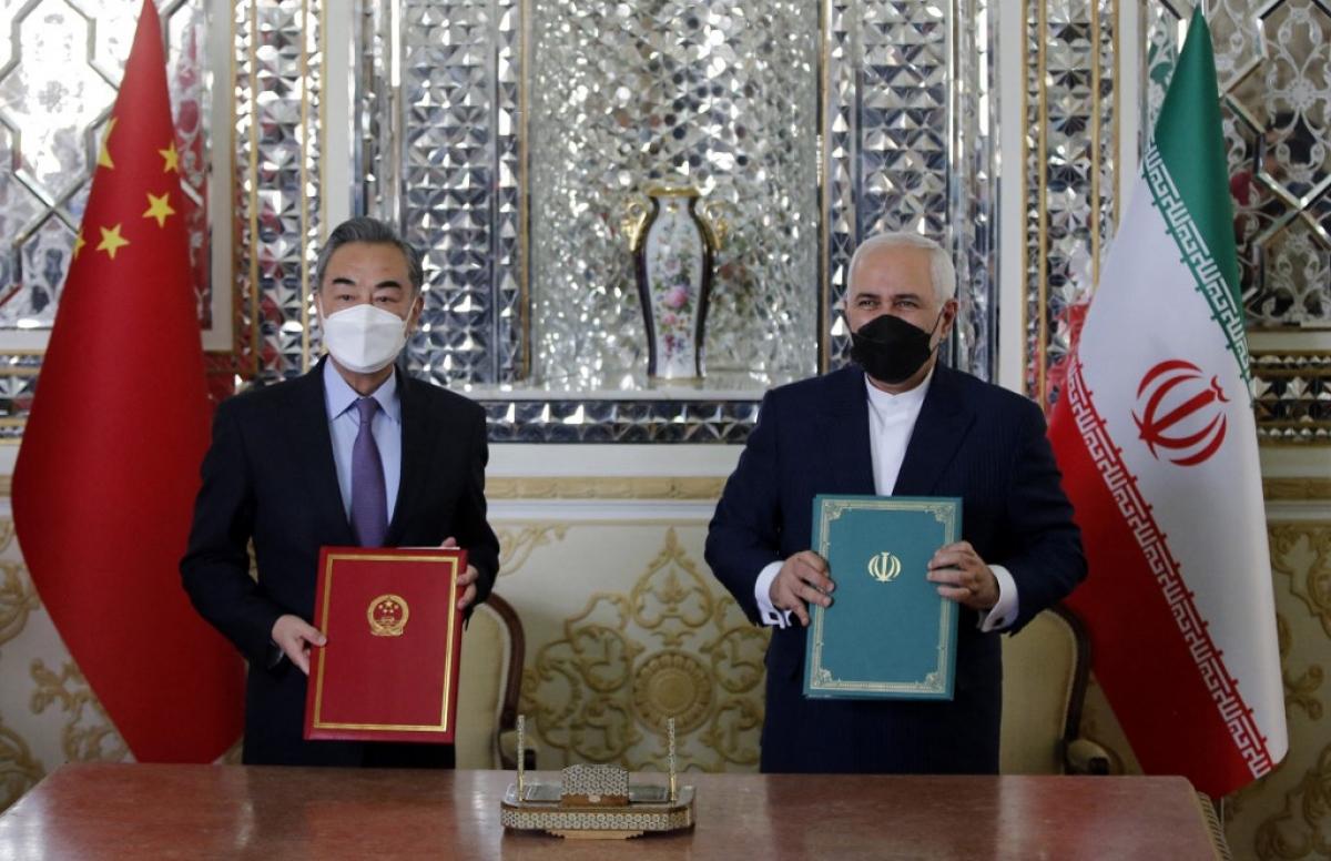 Ngoại trưởng Trung Quốc Vương Nghị và Ngoại trưởng Iran Zarif ký thỏa thuận đầu tư tại Tehran ngày 27/3/2021. Ảnh: AFP