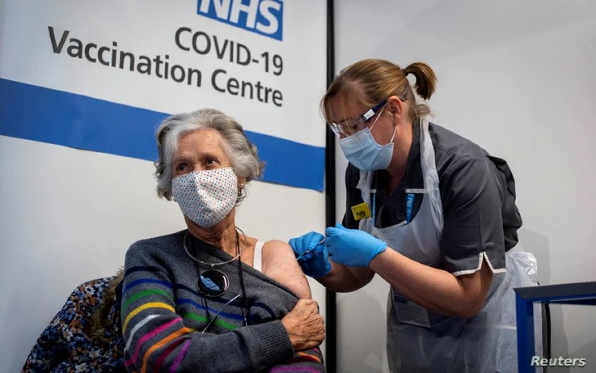 Tiêm vaccine Covdi-19 ở Anh.