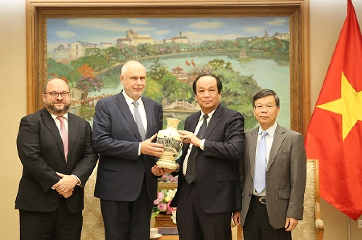 Minister and Chairman of the Government Office Mai Tien Dung presents souvenirs to Horst Geicke, chairman and CEO of Ho Tram Sanctuary Company.