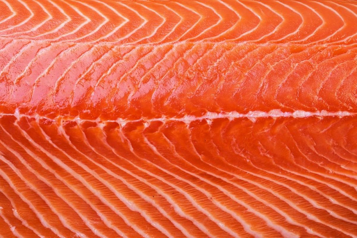 Cá hồi: Cá hồi, cá mòi, cá ngừ và cá thu là các loại cá giàu omega-3, các axit béo này đóng vai trò thiết yếu đối với sức khỏe tim mạch. Chuyên gia khuyến cáo bạn nên ăn các loại cá này ít nhất hai lần mỗi tuần.