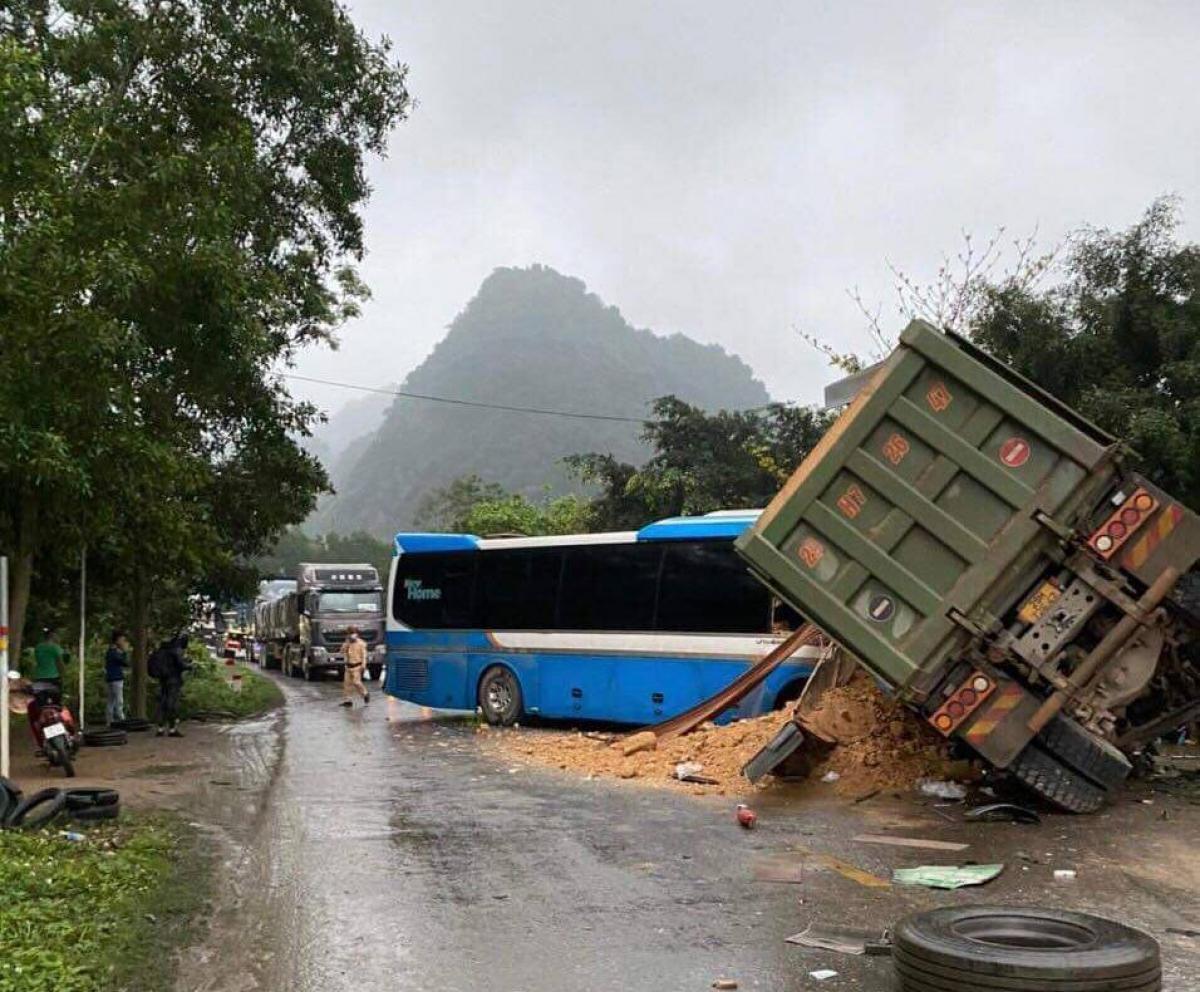 Hiện trường vụ va chạm giữa xe tải và xe khách làm 3 người tử vong trên đường Hồ Chí Minh, đoạn qua địa phận tỉnh Hòa Bình sáng nay (16/3).