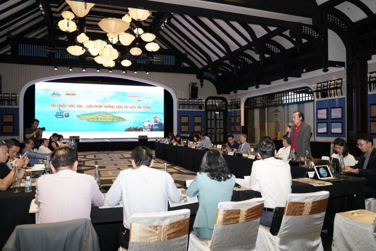 Trong khuôn khổ tọa đàm, đại diện các cơ quan quản lý cũng như các doanh nghiệp như Vietjet, Sun Group, Saigontourist… đã cùng thảo luận thông tin đa chiều về hộ chiếu vaccine và đánh giá từ thực tiễn triển khai của các quốc gia trên thế giới.