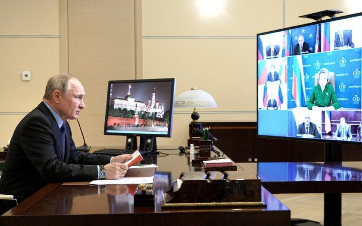 Tổng thống Nga Putin trong một cuộc họp trực tuyến. Ảnh: AP.