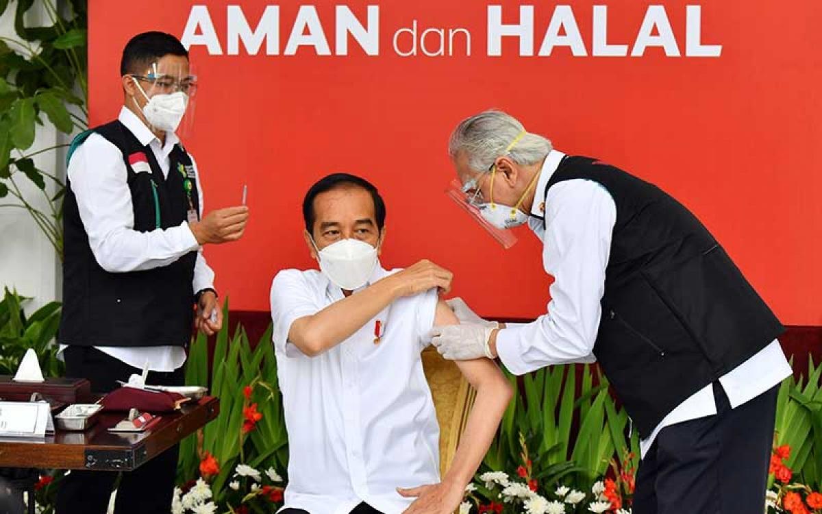 Tổng thống Joko Widodo nhận mũi tiêm vaccine COVID-19 đầu tiên ngày 13/1/2021