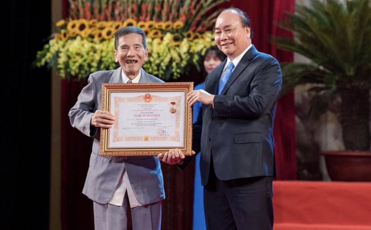 Diễn viên Trần Hạnh đón nhận danh hiệu NSND ở tuổi 90.