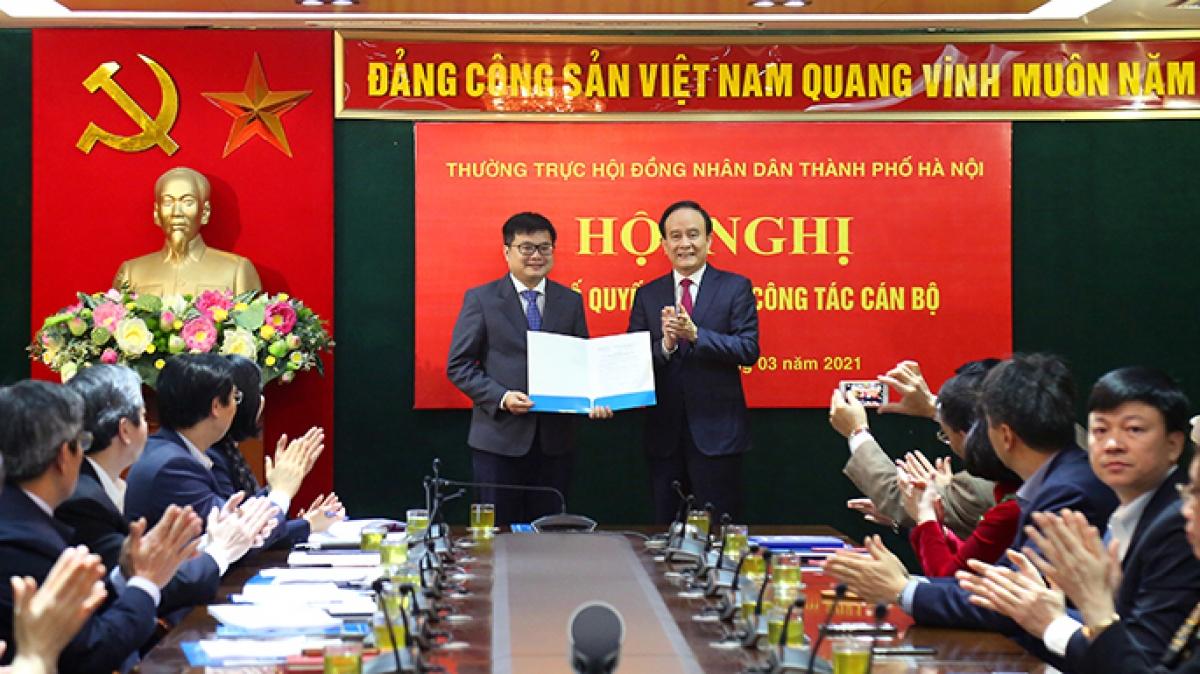 Chủ tịch HĐND thành phố Nguyễn Ngọc Tuấn trao Quyết định cho ông Trương Việt Dũng (Ảnh: Cổng TTĐT TP Hà Nội)