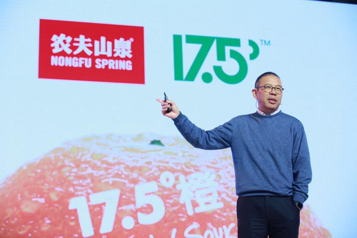 Ông Chung Thiểm Thiểm, người sáng lập hãng nước khoáng Nongfu Sping. Ảnh: Zhejiang online