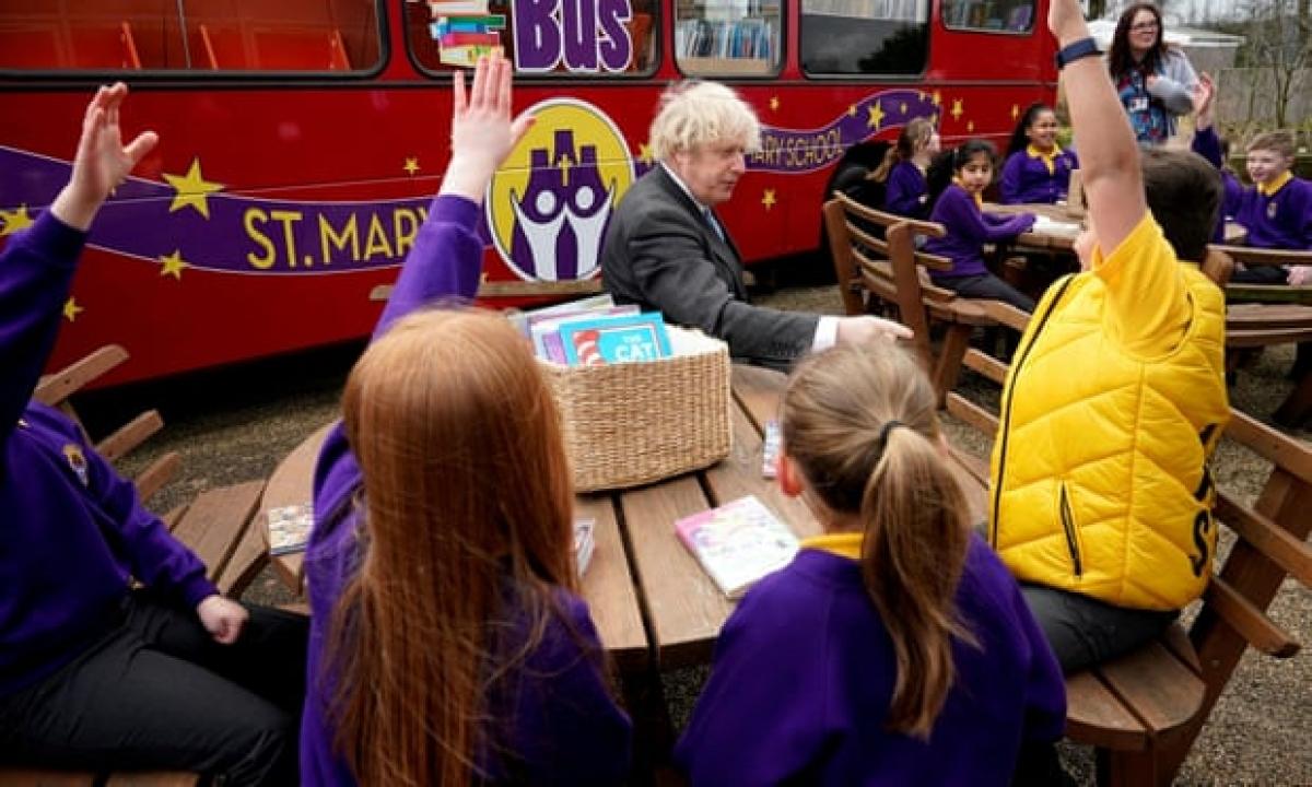 Thủ tướng Anh Johnson thăm một trường học. Ảnh: The Guardian.