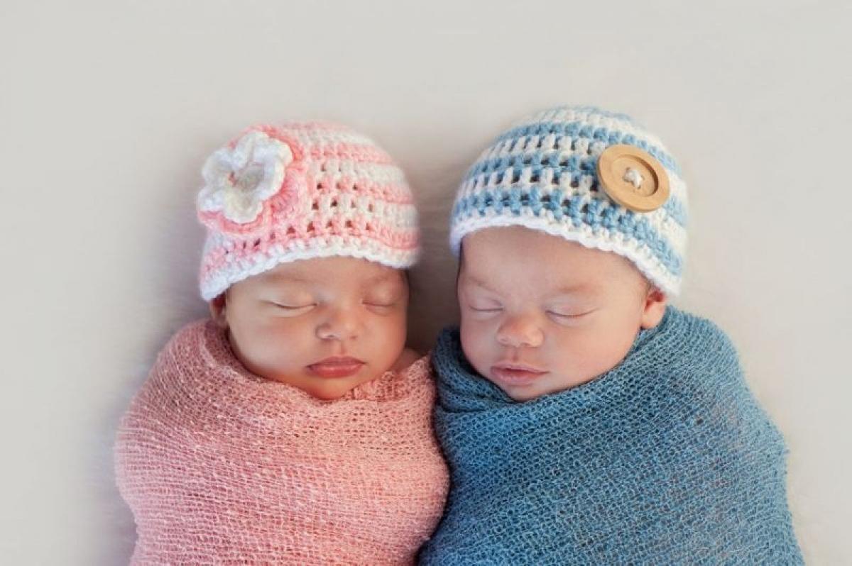 Sinh đôi khác trứng: Sinh đôi khác trứng là khi hai tinh trùng thụ tinh hai trứng khác nhau cùng một lúc. Hai bào thai sinh đôi khác trứng có nhau thai và màng ối tách biệt. Trẻ sinh đôi khác trứng thường không giống hệt nhau và có thể khác giới tính.