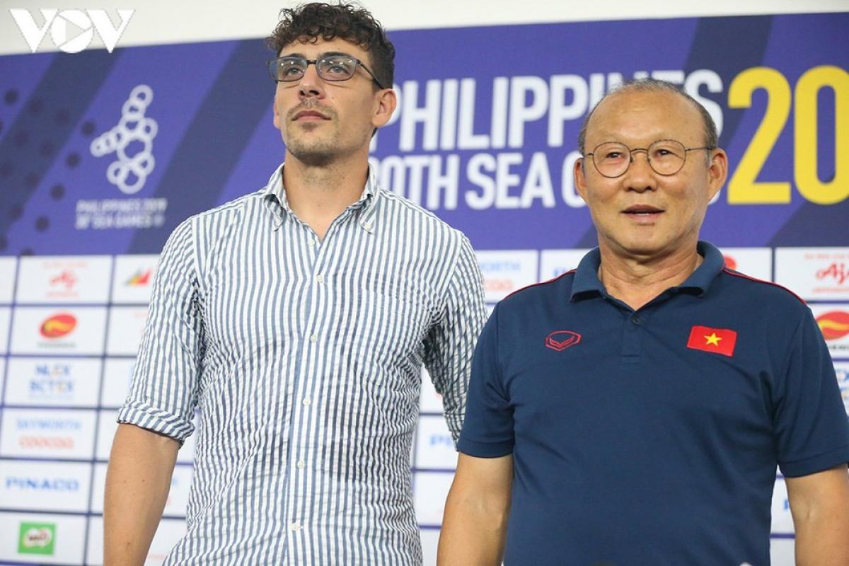 HLV Felix Dalmas đã có 2 lần đối đầu HLV Park Hang Seo ở AFF Cup 2018 và SEA Games 30 năm 2019. (Ảnh: Ngọc Duy).