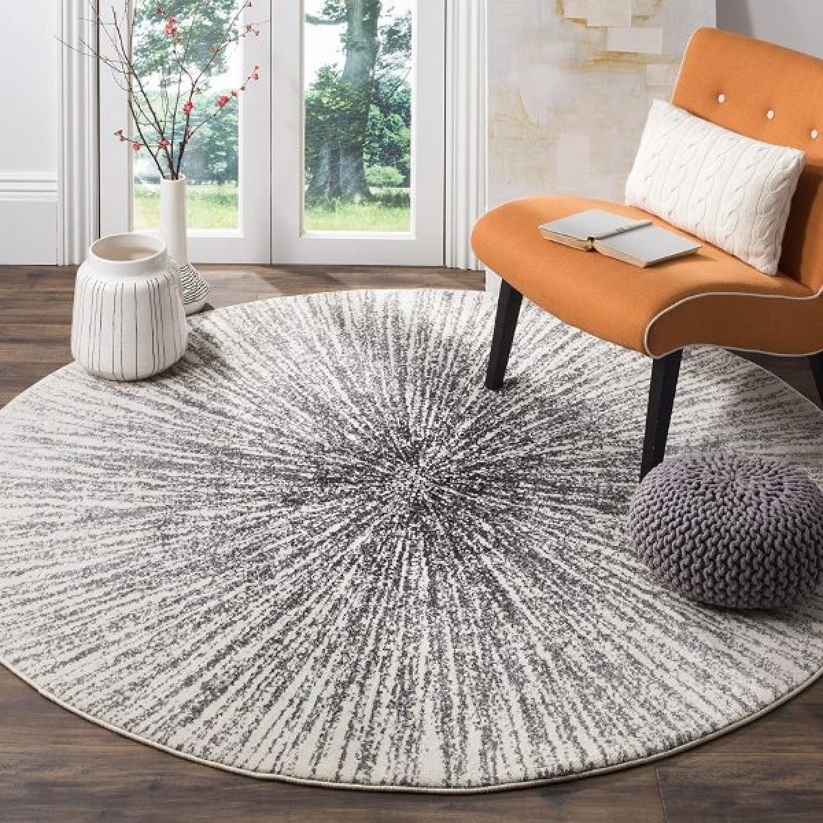 Không thể phủ nhận tấm thảm hoạ tiết ấn tượng này là điểm nhấn cho cả căn phòng.