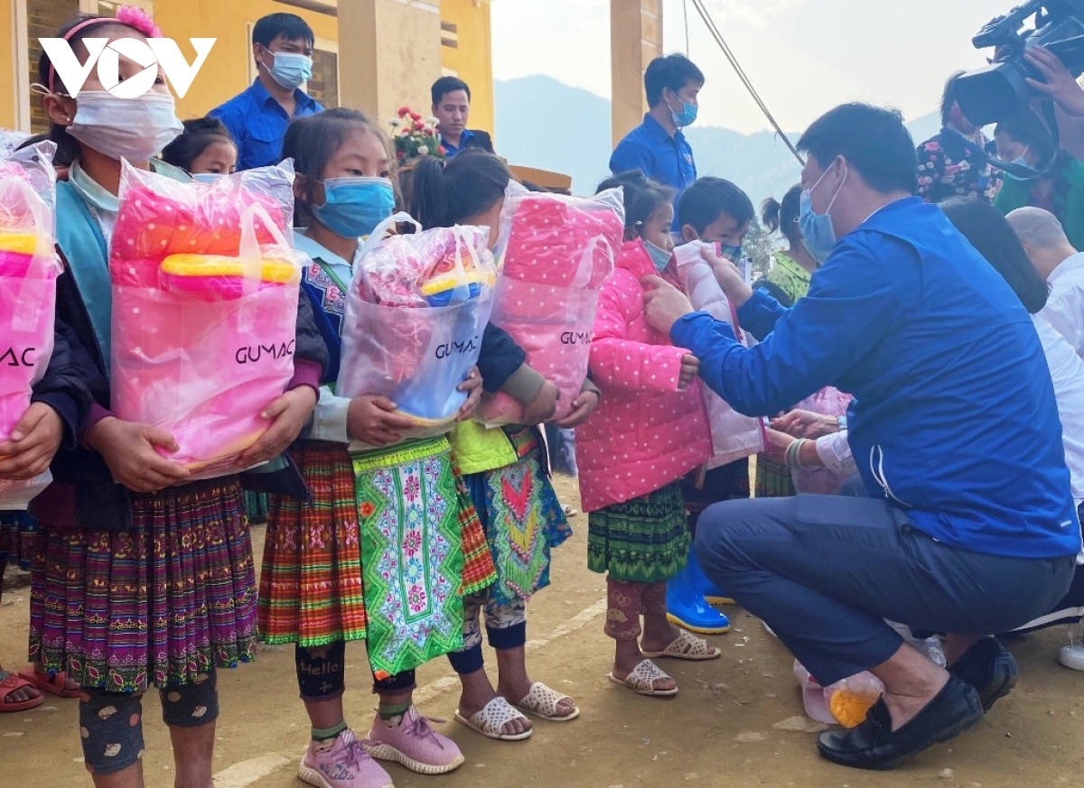 The Youth Union members of Yen Bai also present warm clothes and other items as gifts to poor children to encourage them to attend school.