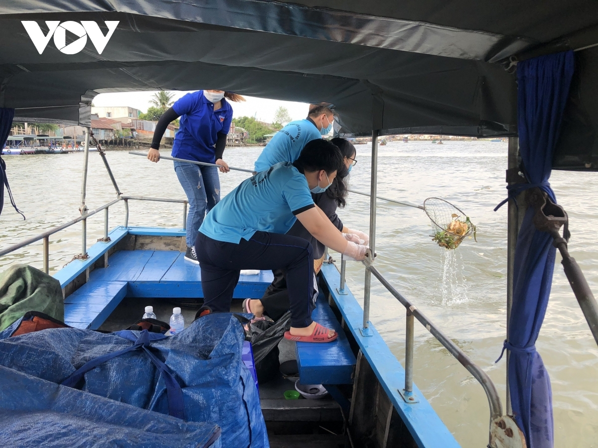 The Youth Union of Can Tho launches green Sundays, during which young people come together to clean local streets. Pictured are young people in Cai Rang district as they collect rubbish in a floating market.