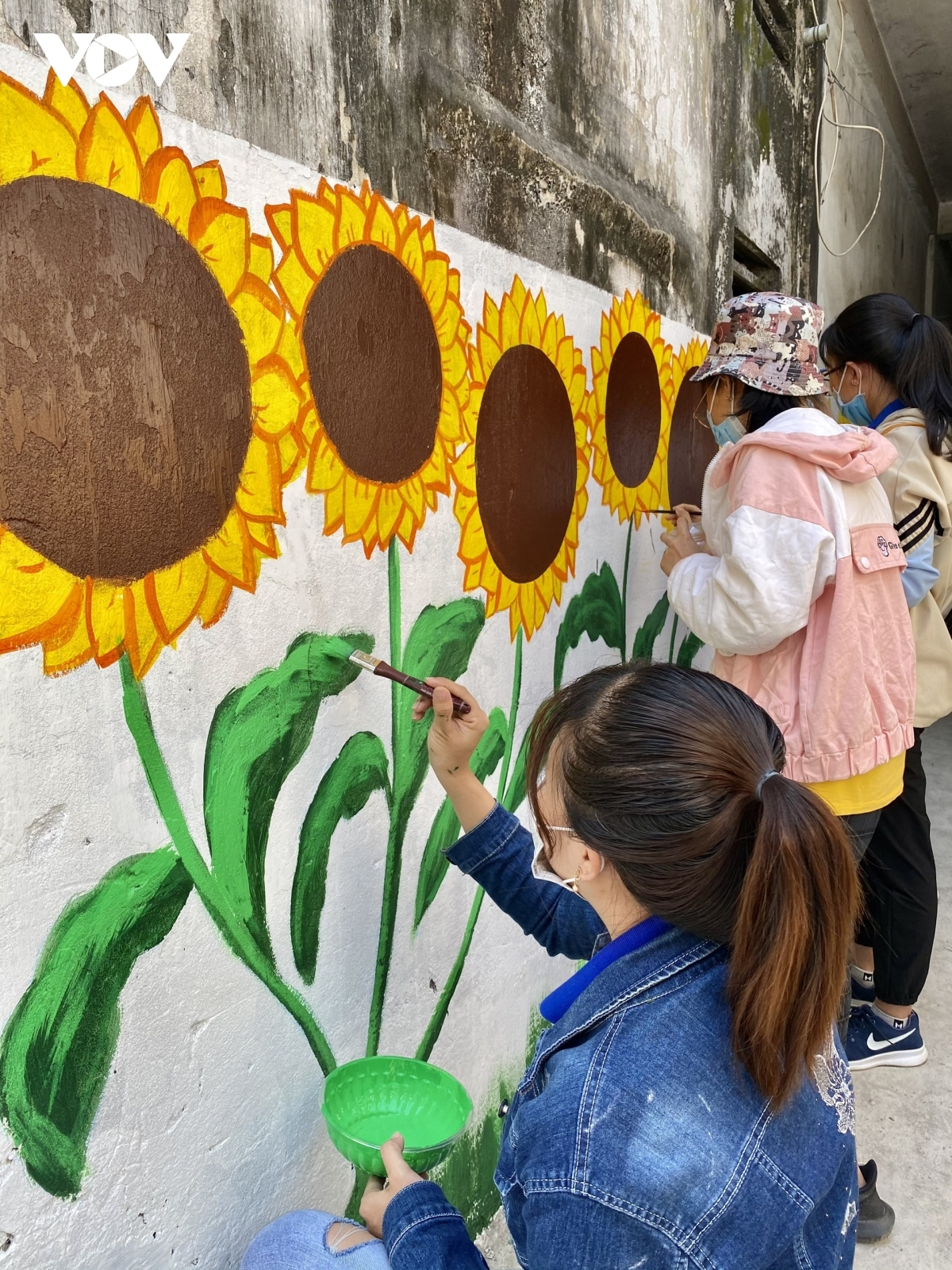 The Youth Union of Can Tho draws several mural paintings as part of efforts to make local landscape more attractive and beautiful.