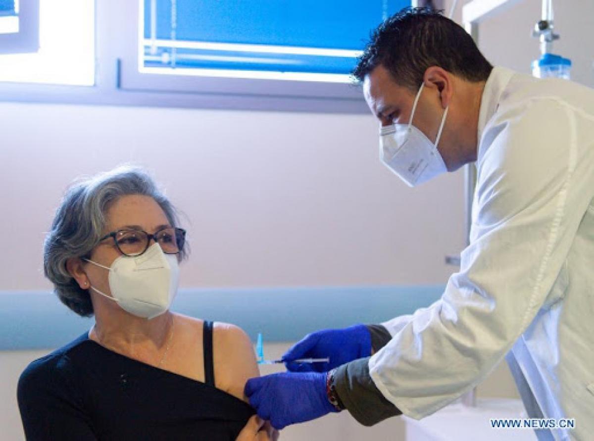 Một phụ nữ tiêm vaccine COVID-19 AstraZeneca tại Bệnh viện Coria, Tây Ban Nha. Ảnh: Tân Hoa Xã