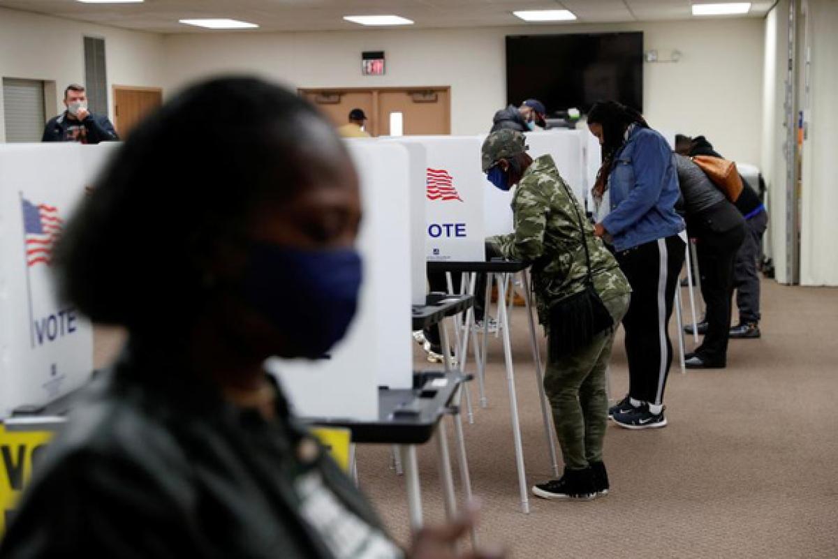 Cử tri Mỹ đi bỏ phiếu trong cuộc bầu cử tổng thống Mỹ tại một điểm bầu cử ở bang Michigan, Mỹ vào ngày 3/11/2020. Ảnh: Reuters.