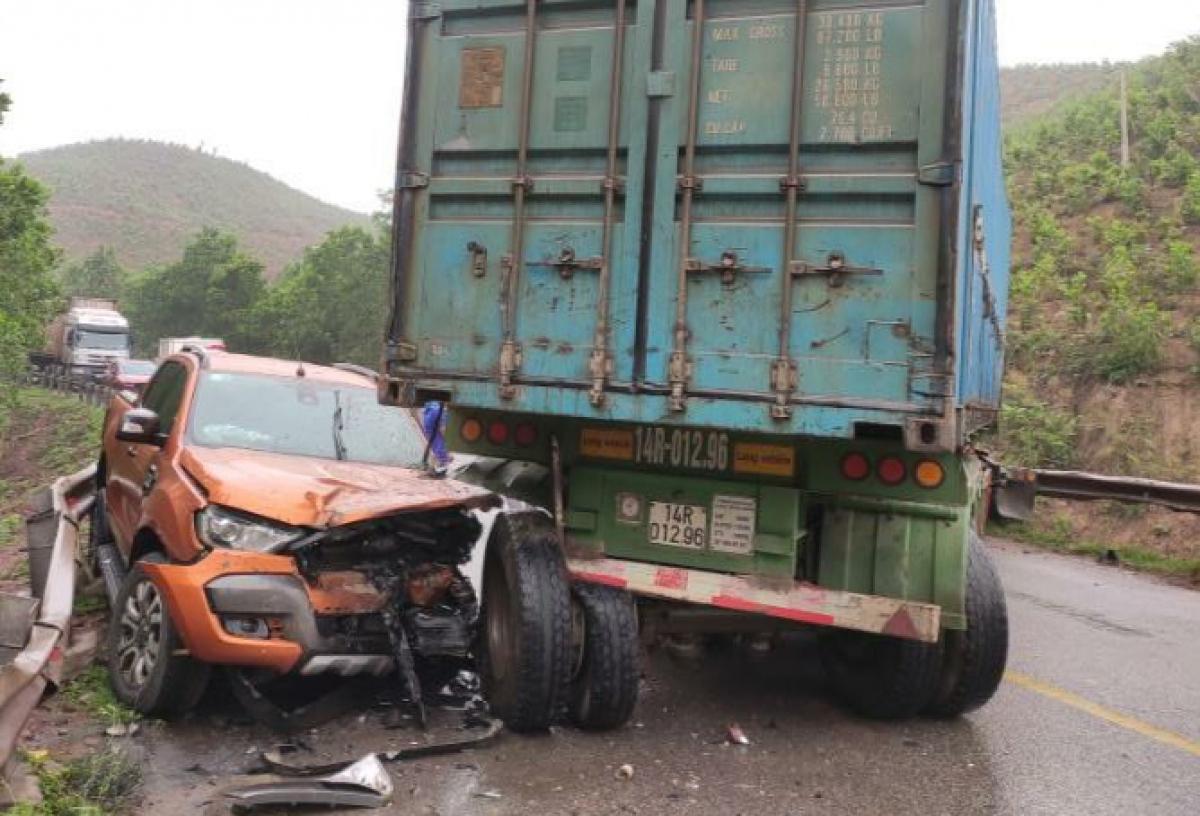 Vụ tai nạn khiến 2 người bị trên xe bán tải bị thương