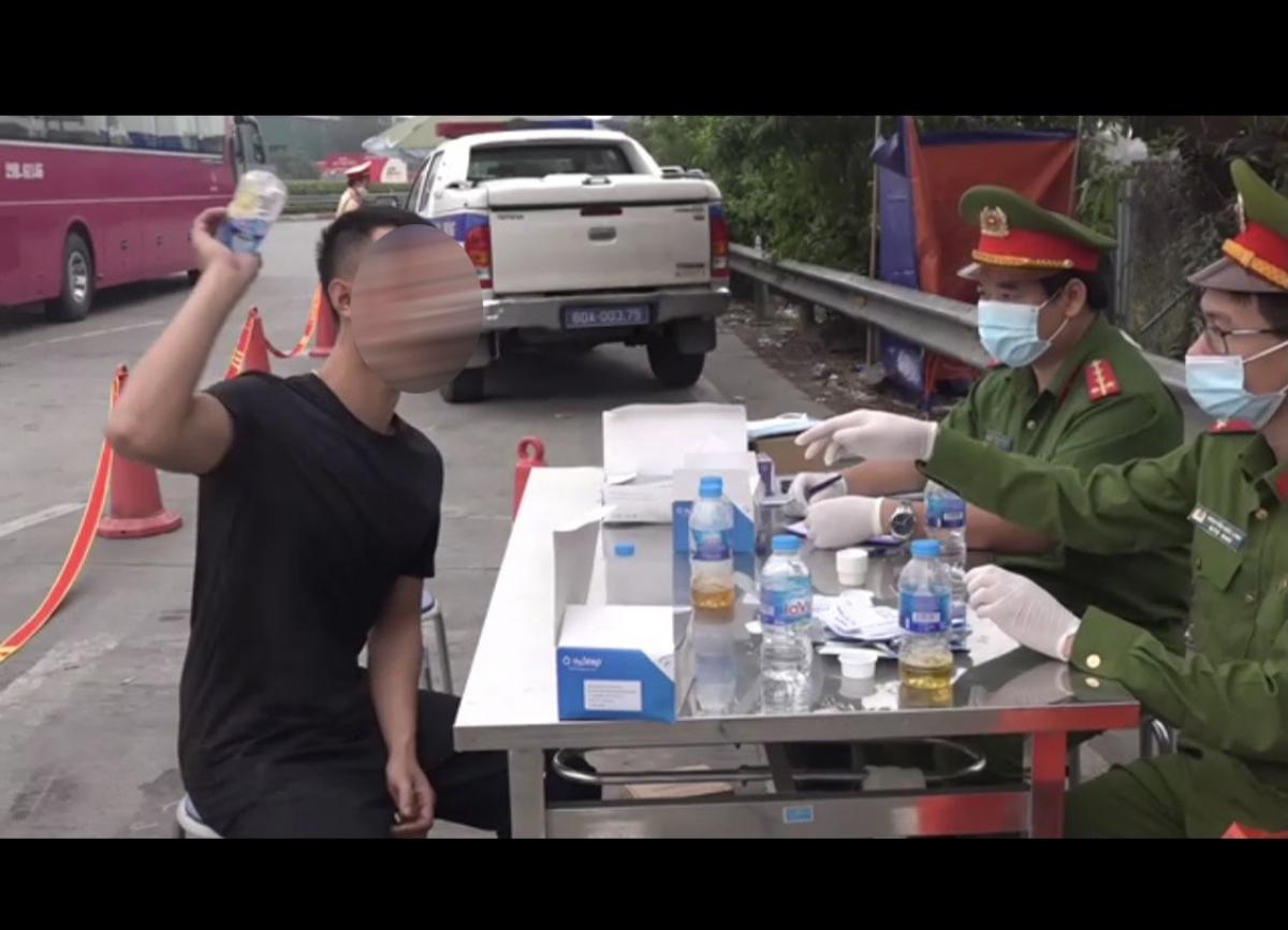 Lái xe Nguyễn Thanh T, (sinh ngày 11/9/1993, trú tại Trung Tú, Ứng Hòa, Hà Nội) bị CSGT xử lý.
