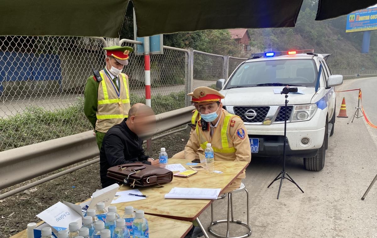 CSGT lập biên bản vi phạm đối vớilái xe Đoàn Văn H. (sinh ngày 25/09/1984).