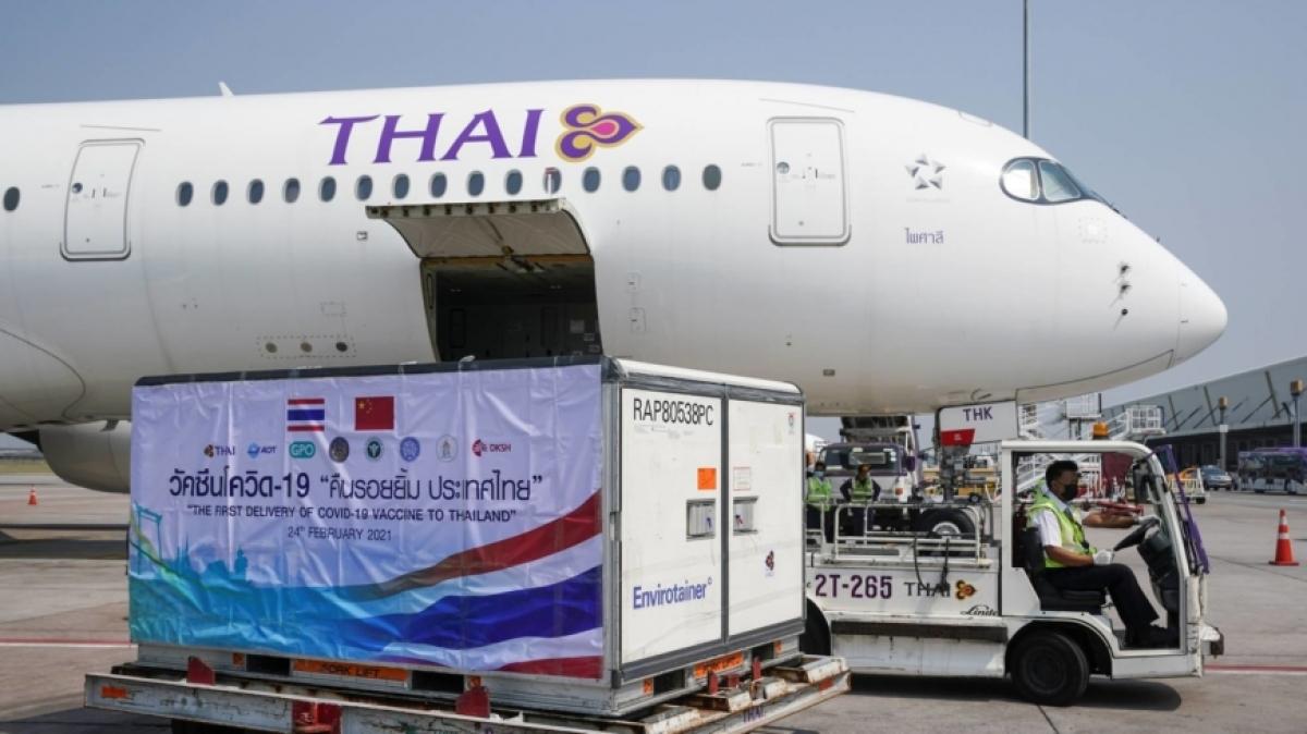 Lô vaccine Sinovac ngừa Covid-19 của Trung Quốc tới sân bay Suvarnabhumi ở Bangkok, Thái Lan ngày 24/2/2021. Ảnh: Reuters