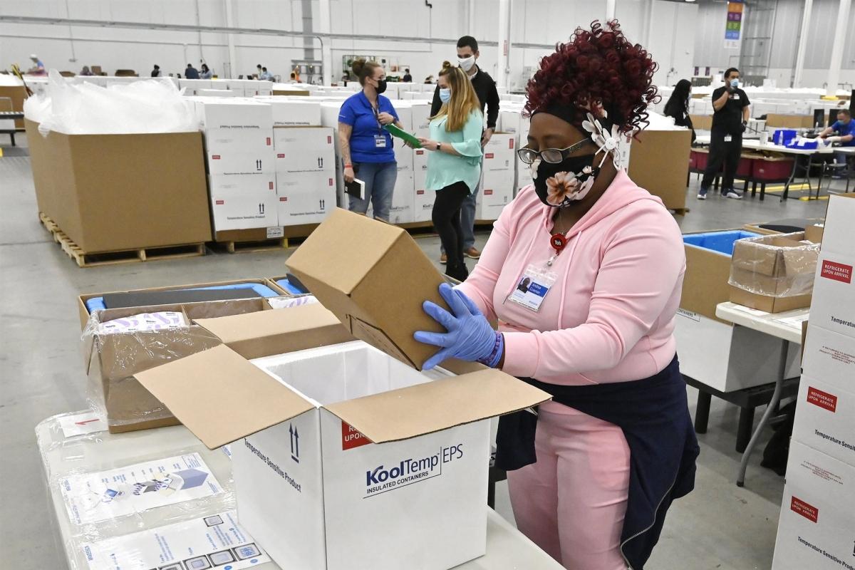 Một nhân viên đang đặt các hộp đựng vaccine ngừa Covid-19 của Johnson & Johnson vào thùng bảo quản lạnh để chuẩn bị vận chuyển, ngày 1/3/2021. Ảnh: AP