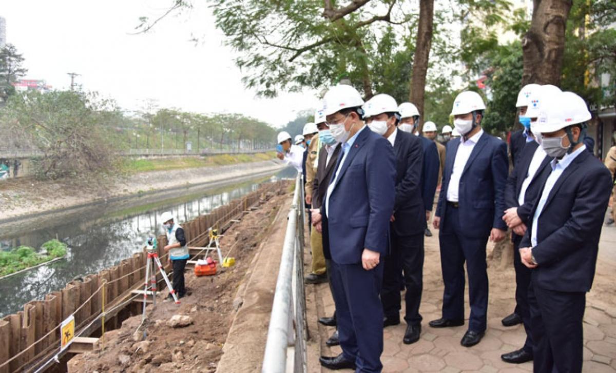 Bí thư Thành ủy Vương Đình Huệ kiểm tra công trường xây dựng hệ thống cống thu gom nước thải dọc sông Tô Lịch. Ảnh: Hà Nội mới