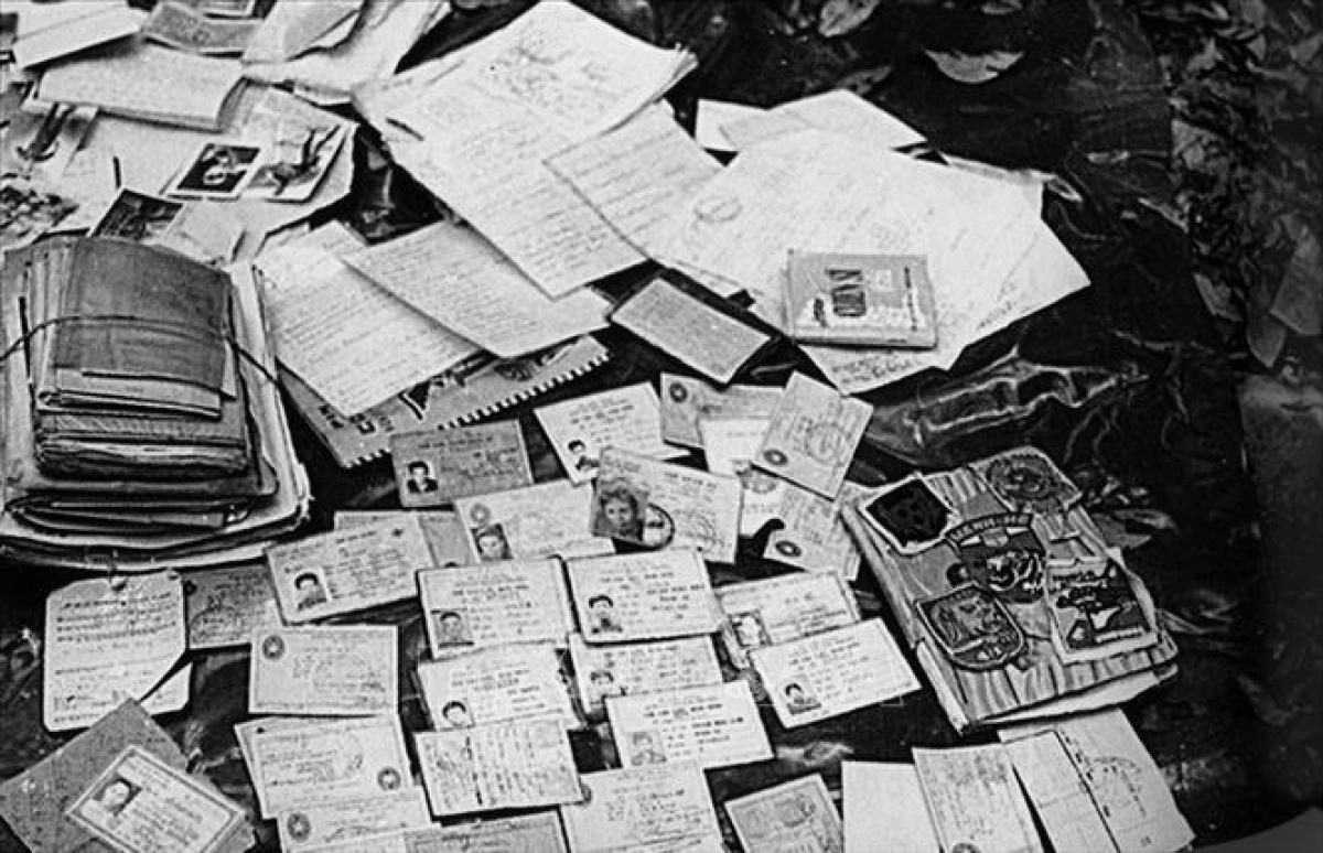Chứng minh thư và các giấy tờ, tài liệu của lính Ngụy bị quân ta thu giữ trong chiến dịch Đường 9-Nam Lào