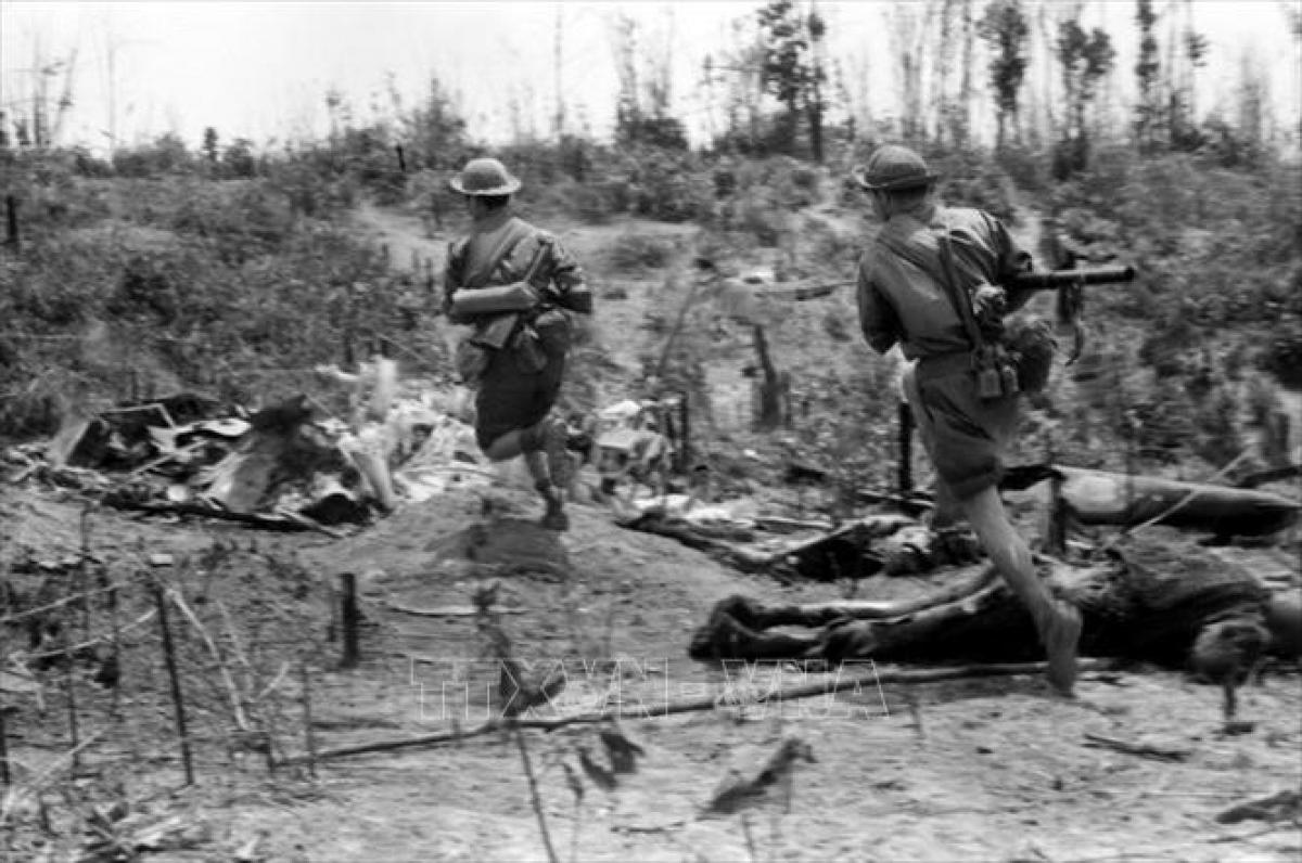 Quân giải phóng truy kích địch tại mặt trận Đường 9-Nam Lào. Ảnh: TTXVN.