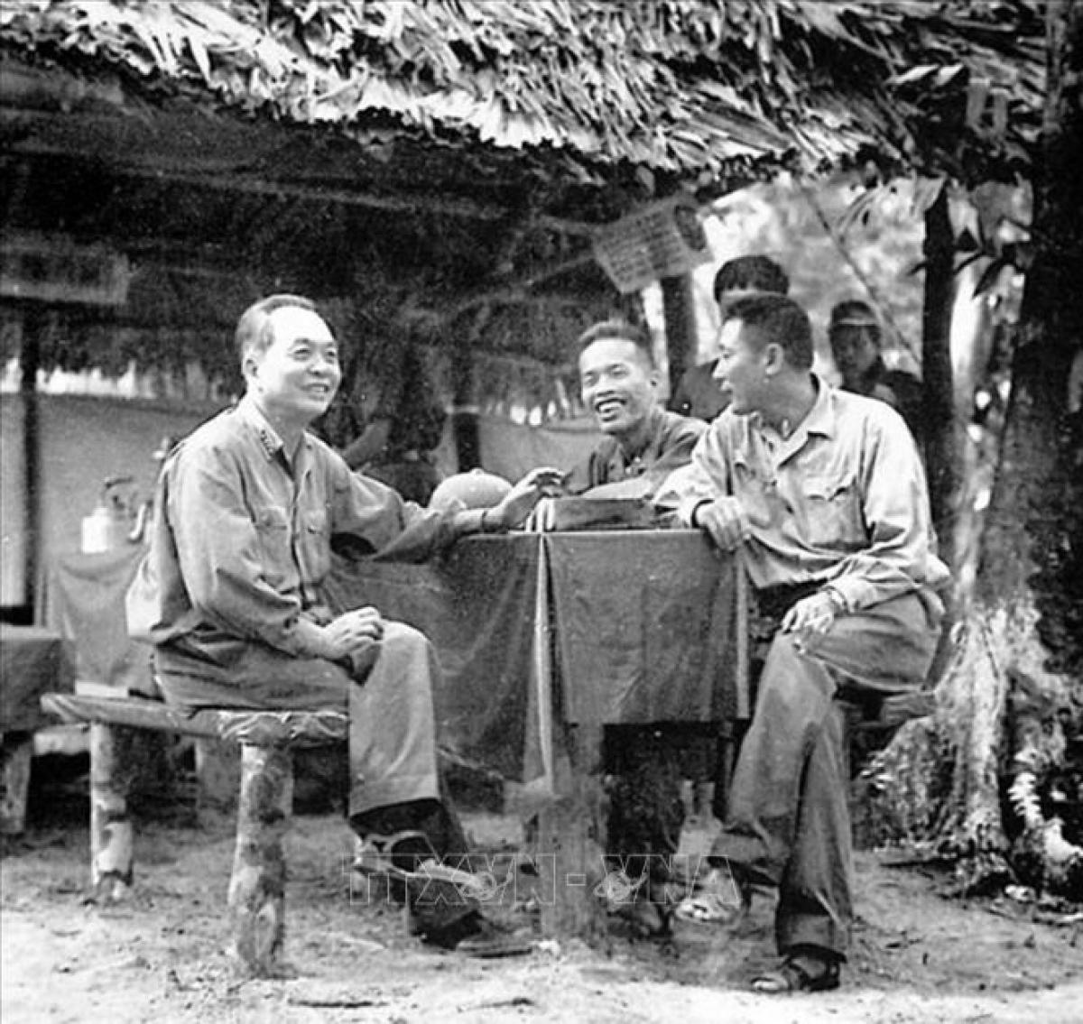 Trước khi bắt đầu chiến dịch Đường 9-Nam Lào, Đại tướng Võ Nguyên Giáp- Tổng Tư lệnh QĐND Việt Nam đã hai lần vào làm việc với Bộ Tư lệnh Trường Sơn. Ảnh: TTXVN.
