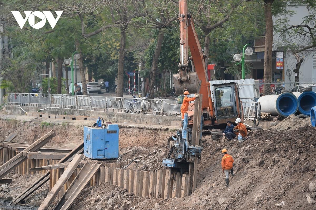 Hệ thống thu gom nước thải dọc 2 bên sông Tô Lịch đang được thi công.
