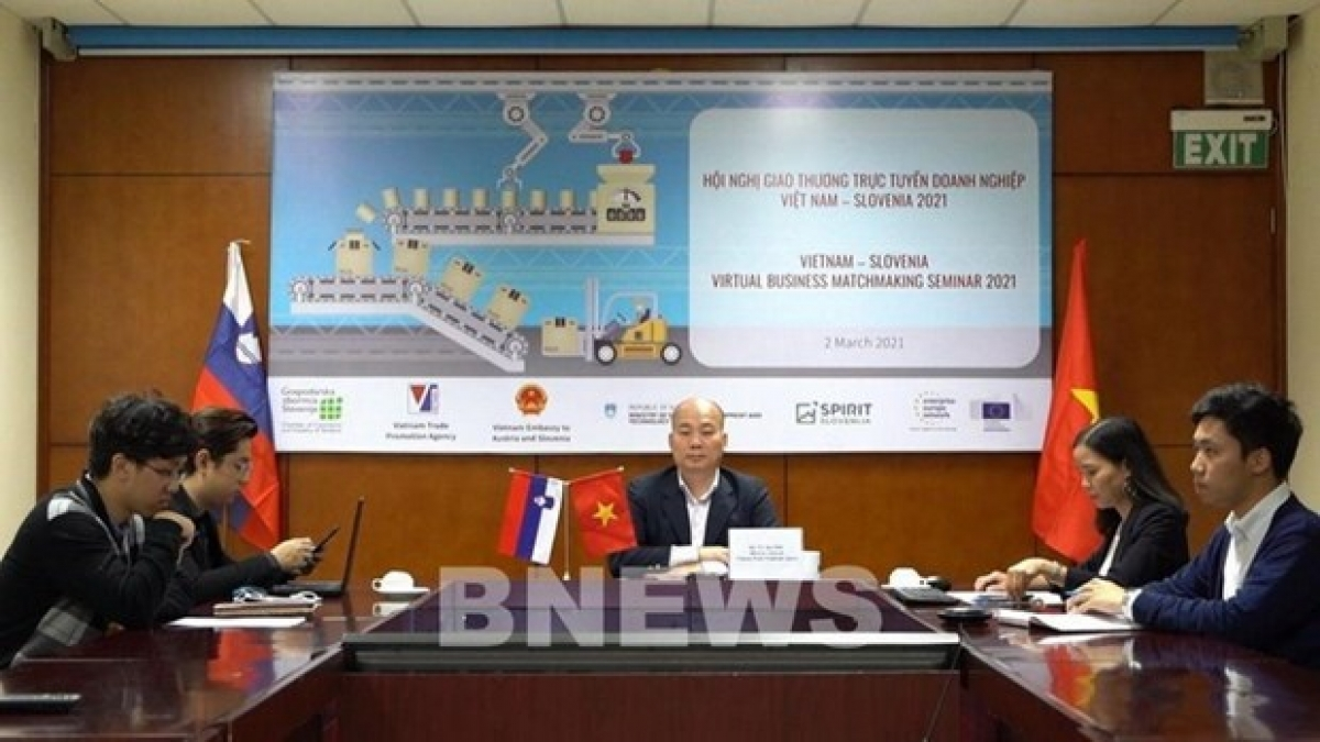 Vu Ba Phu (middle), head of the Trade Promotion Agency under the Ministry of Industry and Trade, chairs the onlineVietnam-Slovenia business exchange.