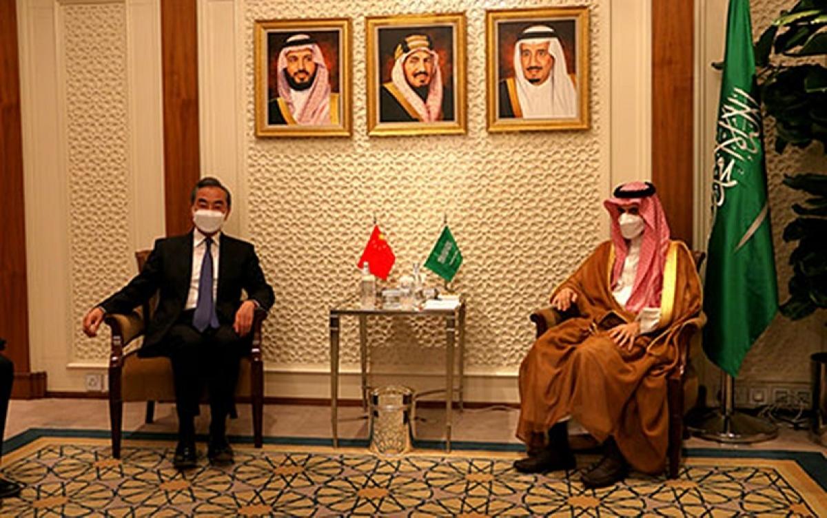 Ngoại trưởng Trung Quốc Vương Nghị (trái) hội đàm với người đồng cấp Saudi Arabia. Ảnh: FMPRC.