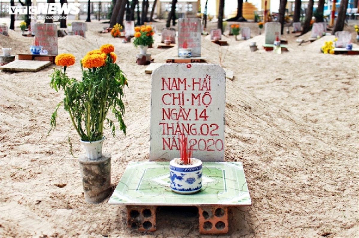 The dead whale is always buried with rituals for humans. Each grave features a stone stele which notes the whale's day of death.