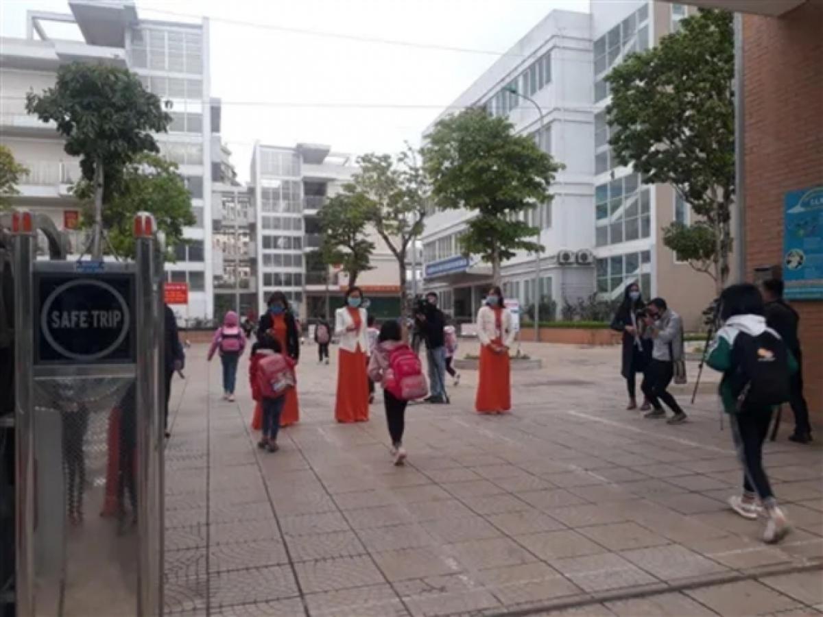 Sáng 2/3, trường Tiểu học Xuân Phương đón học sinh trở lại đi học.